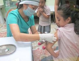 Vì sao học sinh chóng mặt, mệt xỉu đồng loạt khi tiêm vắc xin?