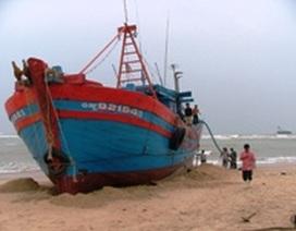 Khẩn trương trục vớt tàu ngư dân bị mắc cạn