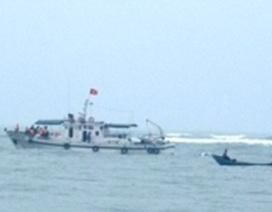Sóng đánh chìm tàu cá, 7 thuyền viên may mắn thoát nạn
