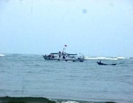 Cứu hộ thành công tàu cá bị sóng đánh chìm xuống biển