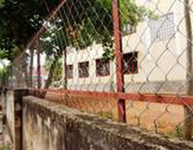 Tá hỏa vì hàng rào trường học nhiễm điện
