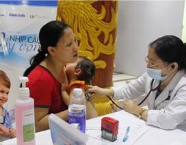"""Hơn 300 trẻ làng """"ô nhiễm"""" được khám sức khỏe miễn phí"""