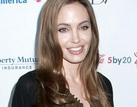 Dì của Angelina Jolie qua đời vì ung thư