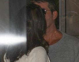 Simon Cowell quấn quýt bạn gái đang mang bầu