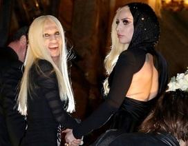 """Nhà thiết kế Versace mặt ngày càng """"méo"""" vì phẫu thuật thẩm mỹ"""