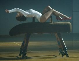 Kylie Minogue bị chỉ trích ngu dốt vì ướn éo phản cảm trong clip mới
