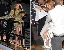 Lindsay Lohan mặc váy rách tua rua tới hộp đêm tại Cannes