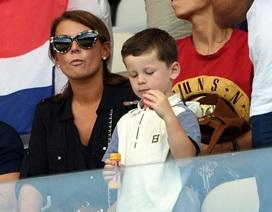 Vợ Wayne Rooney dẫn con trai tới cổ vũ chồng