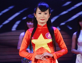 Nữ sinh 9X thiết kế, trình diễn áo dài màu cờ đỏ sao vàng