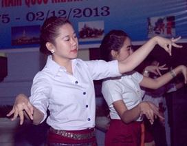 Nữ sinh Lào múa điệu Lăm - vông mừng Quốc khánh trên đất Việt