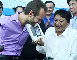 Nick Vujicic tặng xe lăn, máy tính bảng cho người khuyết tật VN
