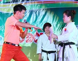 Xuân Bắc trổ tài karatedo đấm vỡ miếng ván khiến SV thán phục