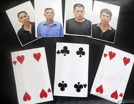 Hà Nội: Bắt nhóm lừa đảo chơi bài đỏ đen trên xe khách