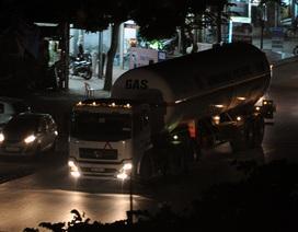 """Đột nhập bãi """"rút ruột"""" xăng, dầu, gas trắng trợn ở Hải Dương"""