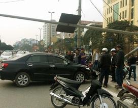 """Hà Nội: Xế hộp mất lái, """"hạ gục"""" cột biển báo"""