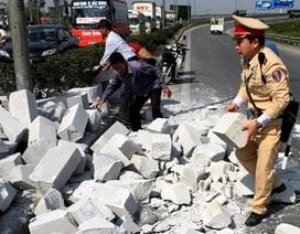 """Hà Nội: Đá phủ kín đường, cảnh sát giao thông """"đội nắng"""" dọn dẹp"""