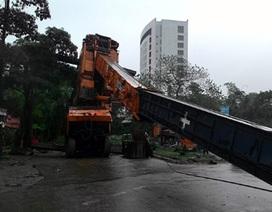 Hà Nội: Hoảng loạn vì cần cẩu dài gần 50m đổ gục xuống đường