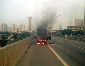Hà Nội: Xe tải bốc cháy đùng đùng ở đường trên cao