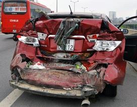 Ô tô con bị đâm nát đuôi ở đường trên cao