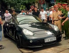 Hà Nội: Đi ngược chiều, tài xế xe Porsche cố thủ hơn 1 tiếng trên xe