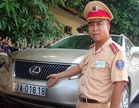 """Hà Nội: Cảnh sát giao thông lật tẩy nhà báo giả đi xe Lexus """"dỏm"""""""