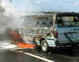 Hà Nội: Xe du lịch bốc cháy trơ khung trên cao tốc