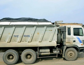 CSGT kiểm tra xe quá tải, tài xế khóa xe bỏ đi