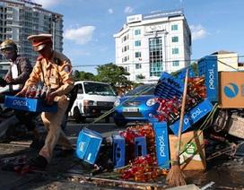"""Hà Nội: Kịp thời """"giải cứu"""" xe máy kẹt cứng giữa đường sắt"""