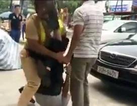 Hà Nội: Cảnh sát giao thông bị giật tung áo, rơi súng