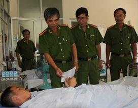 Hỗ trợ các chiến sĩ cảnh sát bị ngạt khí khi chữa cháy