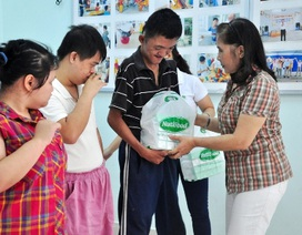 150 phần quà đến với trẻ em khuyết tật nạn nhân chất da cam