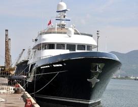 """Siêu du thuyền """"mẹ bồng con"""" cập cảng sông Hàn"""