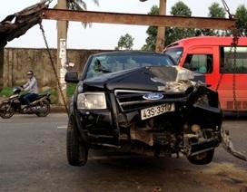 Đà Nẵng: Xế hộp đâm gãy trụ đèn, 2 người bị thương