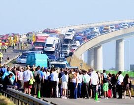 Hiện trường vụ tai nạn hơn 100 ôtô tại Anh
