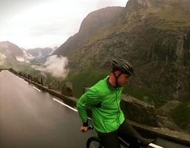 Đổ đèo với tốc độ 80 km/h bằng cách ngồi ngược xe đạp