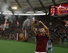 """Totti lấy điện thoại ra """"tự sướng"""" trên sân"""