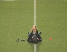 Cổ động viên ân ái nhau ngay giữa sân vận động ở Anh
