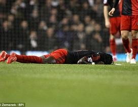 Đang thi đấu, Gomis bỗng nhiên đổ gục xuống sân