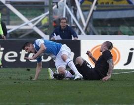 Sốc với cầu thủ bị gãy đôi chân ở Serie A