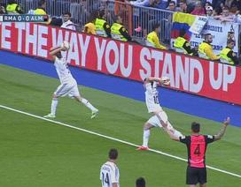 """Hài hước với pha ném biên """"song kiếm hợp bích"""" của Real Madrid"""