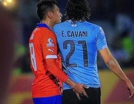 """""""Sàm sỡ"""" Cavani, cầu thủ Chile bị treo giò hết giải"""