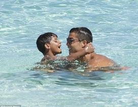 Ông bố C.Ronaldo ân cần chăm sóc quý tử