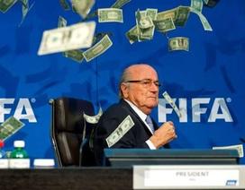 Sepp Blatter bị ném tiền vào mặt