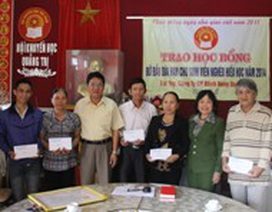 Quảng Trị: Trao học bổng đỡ đầu dài hạn cho sinh viên nghèo hiếu học
