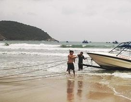 Cứu 2 người Nga trên chiếc ca nô trôi dạt ngoài khơi