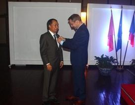 Hiệu trưởng ĐH Ngoại thương nhận huân chương cao quý của Pháp