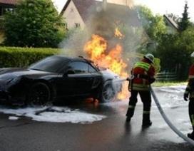 Xe Porsche 911 Cabriolet bốc cháy trên đường thử