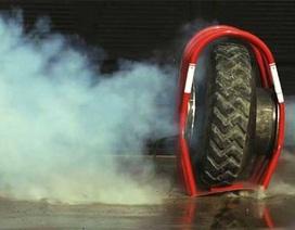 Video quay chậm cảnh nổ lốp ô tô
