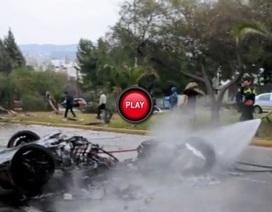 Siêu xe Ferrari gãy đôi, hai người may mắn thoát chết