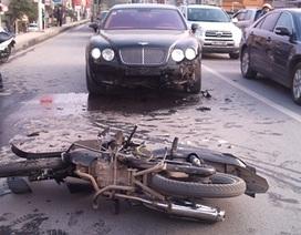 Xe Bentley bị xe máy tông vỡ đầu